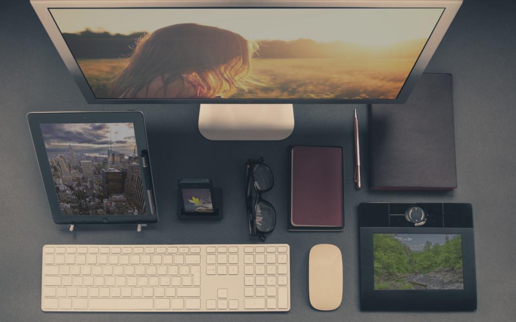 Arbeitsplatz-Collage mit Fotos von UnSplash.com