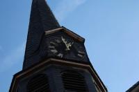 Glockenturm der St. Michaelis Kirche in Karben mit Uhr